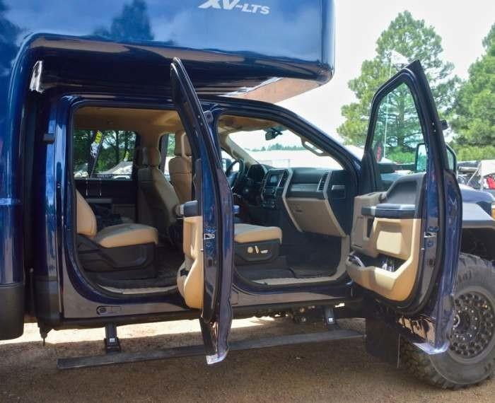 Двухрядная кабина Ford F-серии хорошо упакована. Тут кожаніе сиденья, передние - с электрорегулировками.