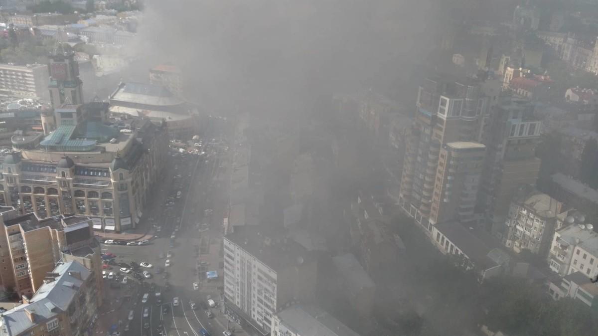 ВКиеве загорелось строение прежнего Центрального гастронома