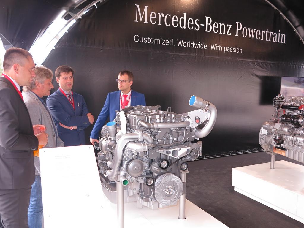 Спецталисты МАЗ и Daimler знакомят гостей с газовым двигателем Mercedes-Benz M936G - 7,7 л; 302 л. с.