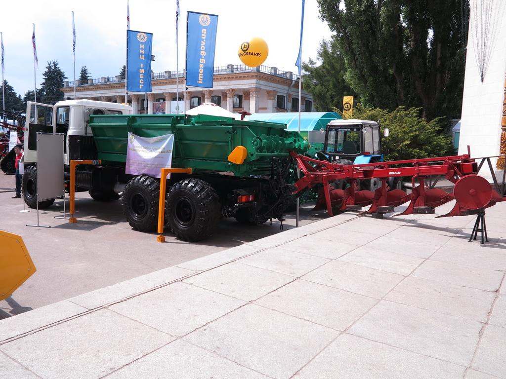 Мобильное энергетическое средство сельскохозяйственного назначения (МЭЗ) на базе вездехода КрАЗ-6322 (6х6)