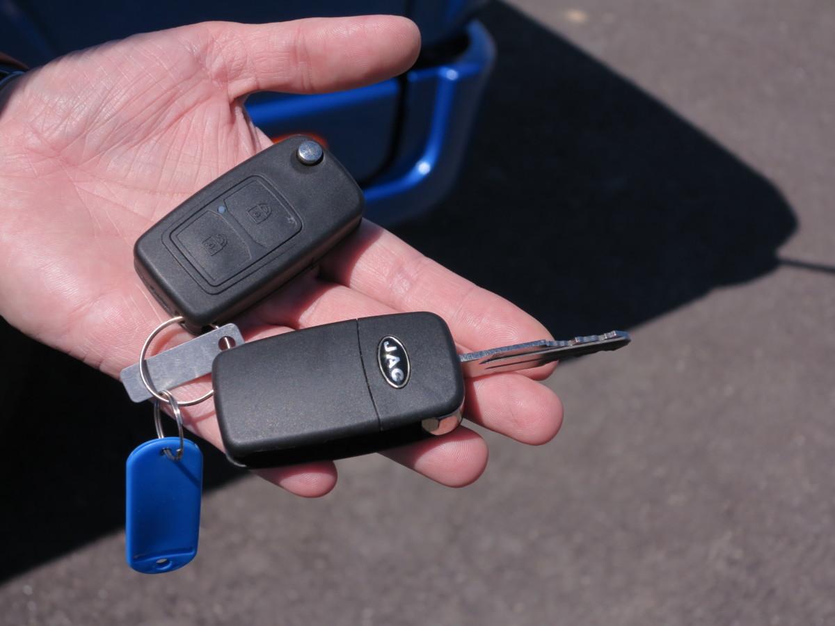Фирменные ключи-раскладушки, с брелоком центрального замка.