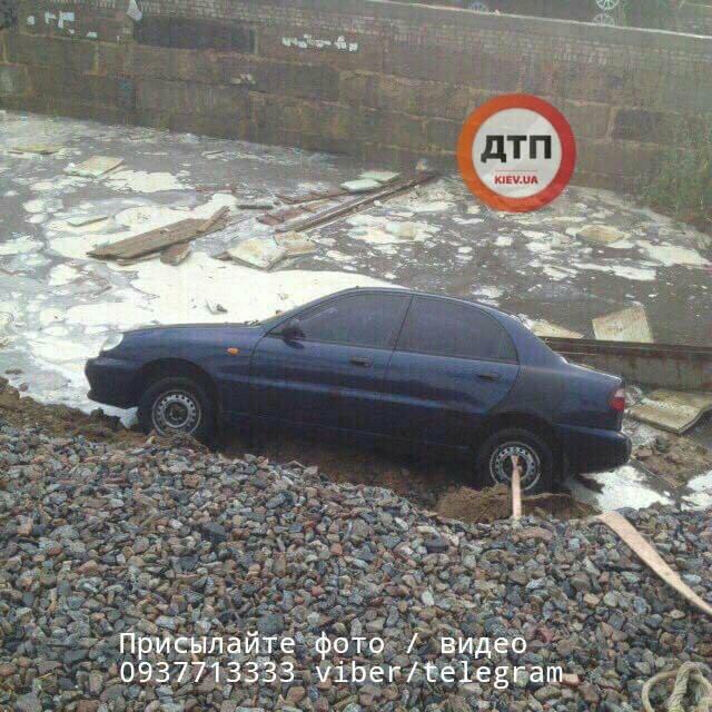 В Киеве сразу три автомобиля провалились в яму