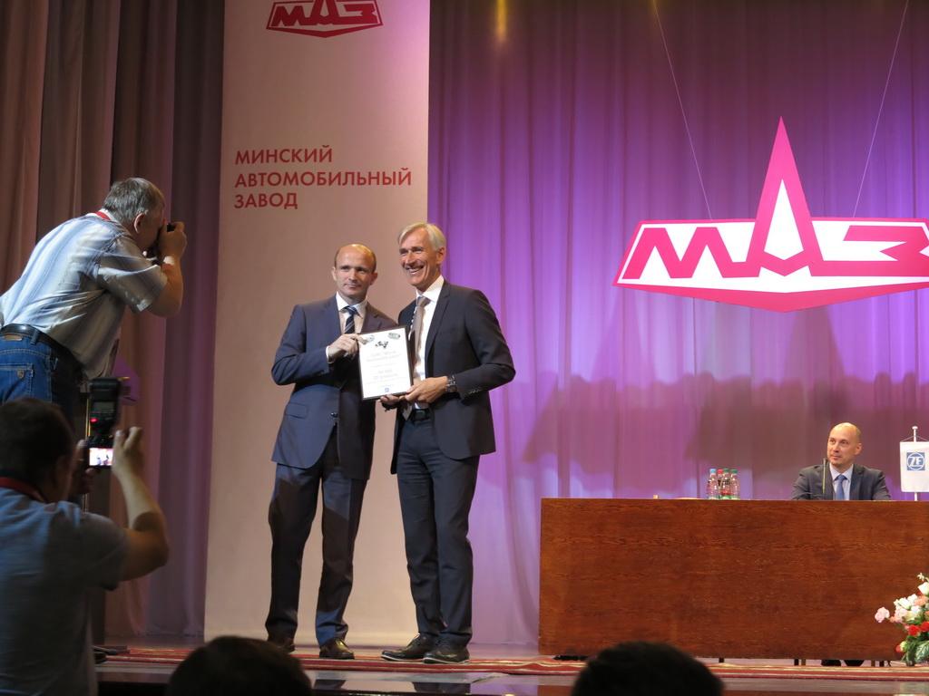Сертификат вручил коммерческому директору ОАО «МАЗ» Александру Захарченко вице-президент подразделения ZF Техника для коммерческих автомобилей Дитмар Але.