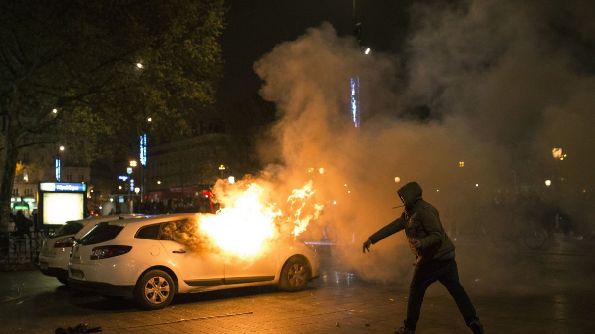 День взятия Бастилии: во Франции хулиганы сожгли 900 авто
