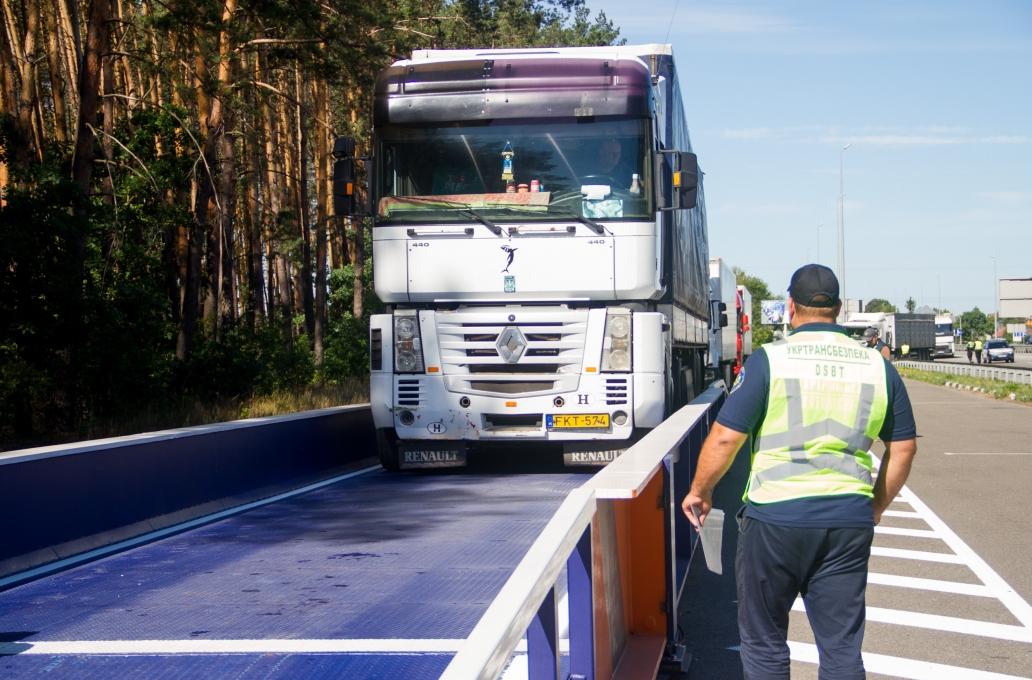 На въезде в Киев установили мобильный весовой комплекс