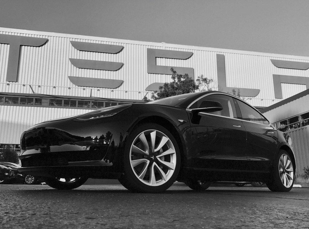 Первая серийная Tesla Model 3 2018: официальные фото электрокара