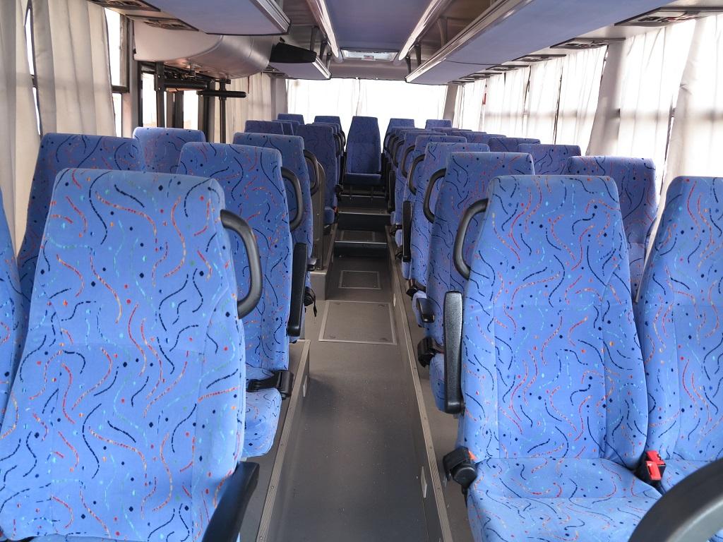 В салоне - 33 кресла с двухточечными ремнями безопасности, есть подлокотники, спинки не регулируются