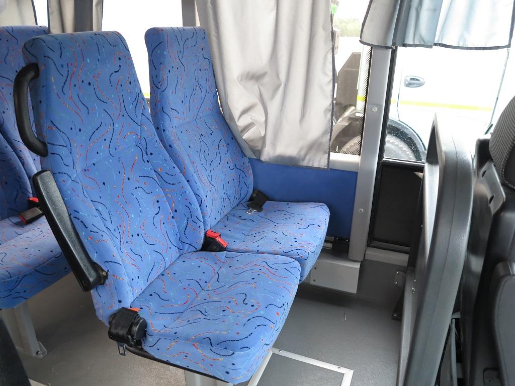 Кресла с ремнями безопасности, с откидными подлокотниками, но не регулируемыми спинками