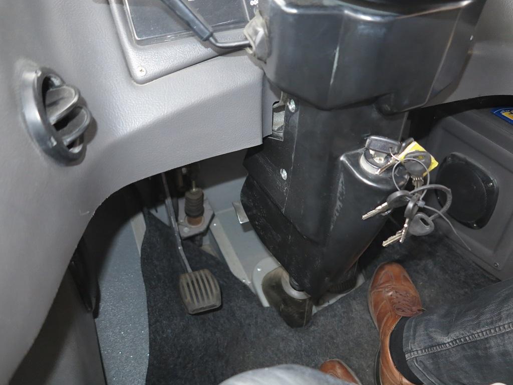 Рулевая колонка регулируется по углу наклона педалькой слева, прямо на колонке
