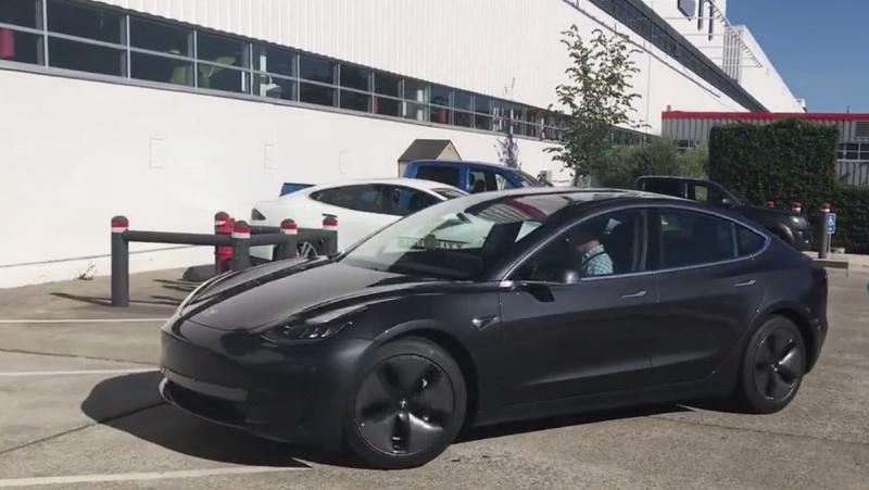 Появились первые живые фото и видео серийной Tesla Model 3
