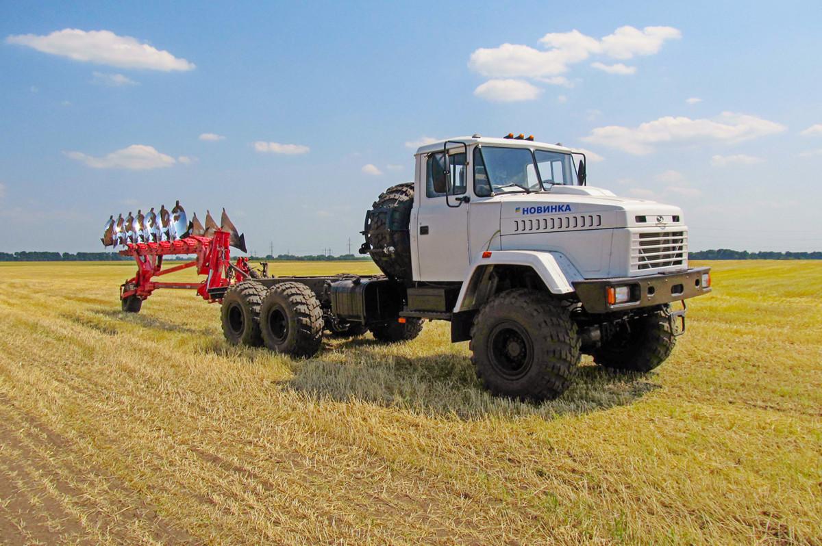 Автотрактор на шасси КрАЗ оснастили новым плугом