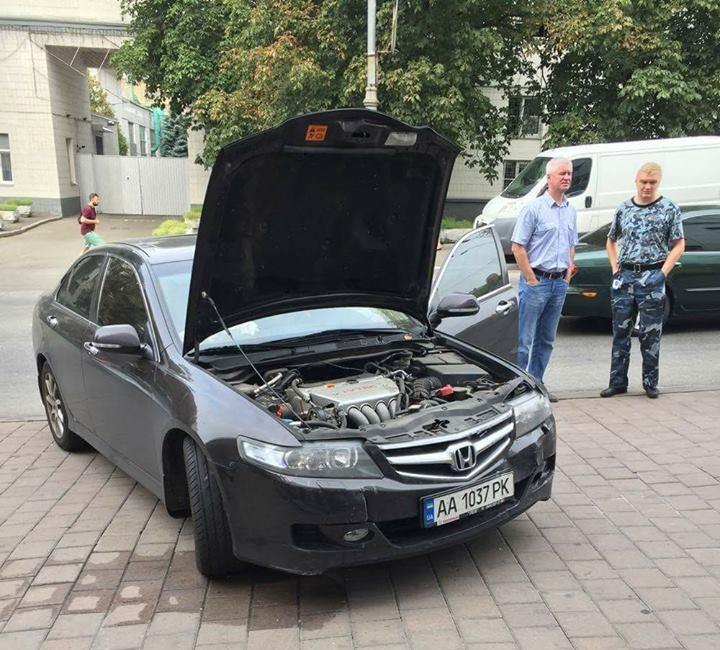 В Киеве девушка на Honda перепутала передачи и протаранила бизнес-центр