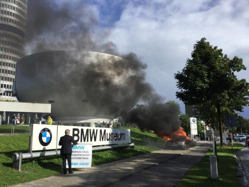 Седан BMW 7 подожгли прямо у заводского музея