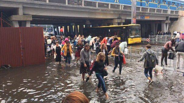 ВКиеве ливень затопил бульвар