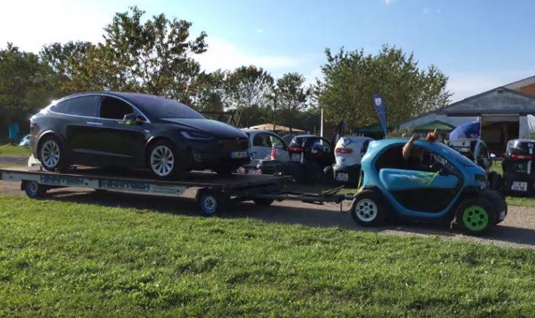 Давид и Голиаф: миниатюрный Renault Twizy против Tesla Model X