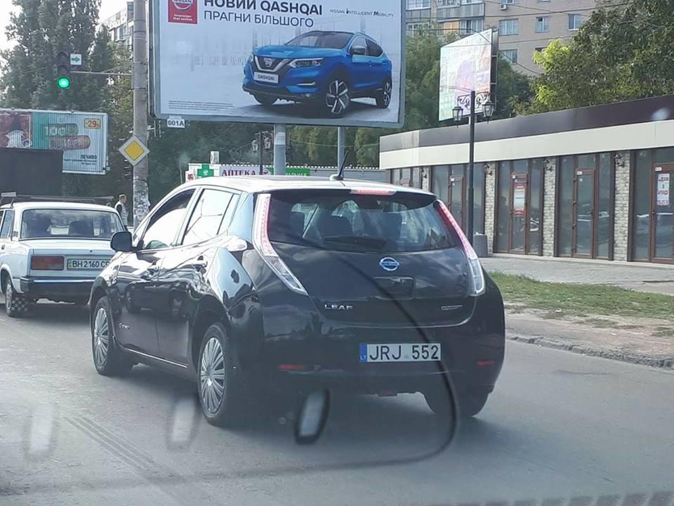 На грани абсурда: Nissan Leaf на литовских номерах в Украине