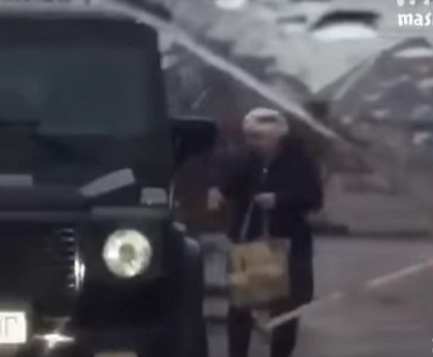 В Сети обсуждают пенсионерку на Mercedes-Benz G-Class