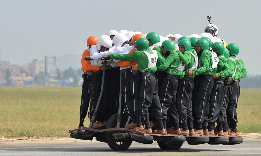 58 человек проехали наодном мотоцикле— Идут нарекорд