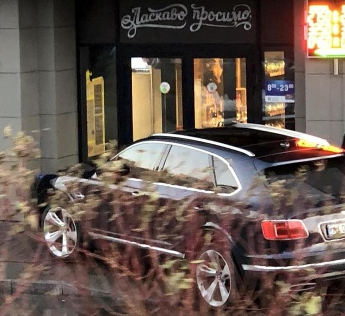 В Киеве засняли героя парковки на самом дорогом внедорожнике в мире