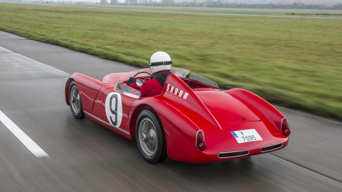 Уникальный 60-летний спорткар Skoda протестировали на гоночном треке