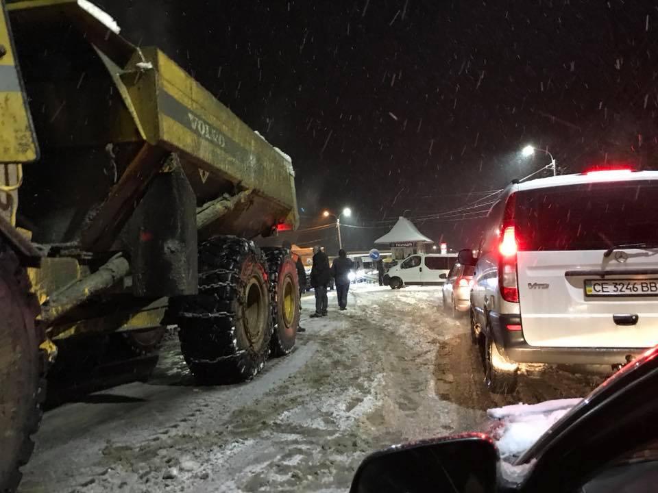 На Закарпатье из-за сильных снегопадов ввели ограничение движения грузовиков