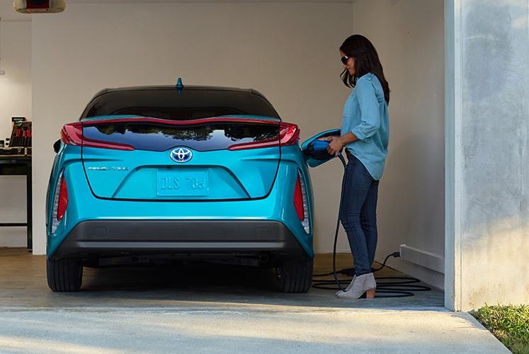 Toyota к2025 году перейдет наэлектромобили игибриды