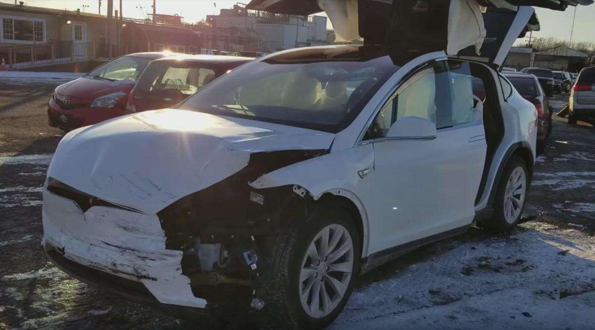 Электрокроссовер Tesla смог продолжить движение после страшного ДТП