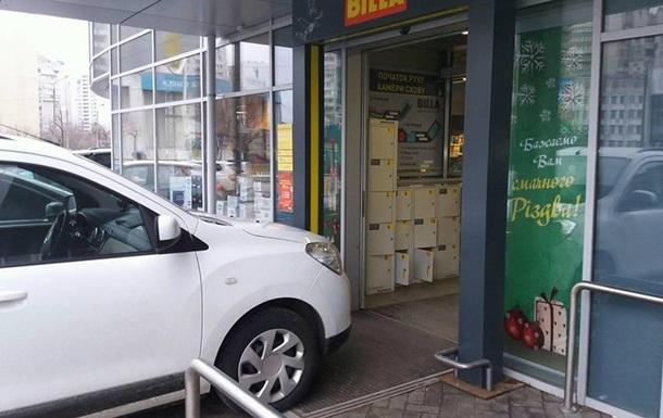 Герой парковки заблокировал вход в киевский супермаркет