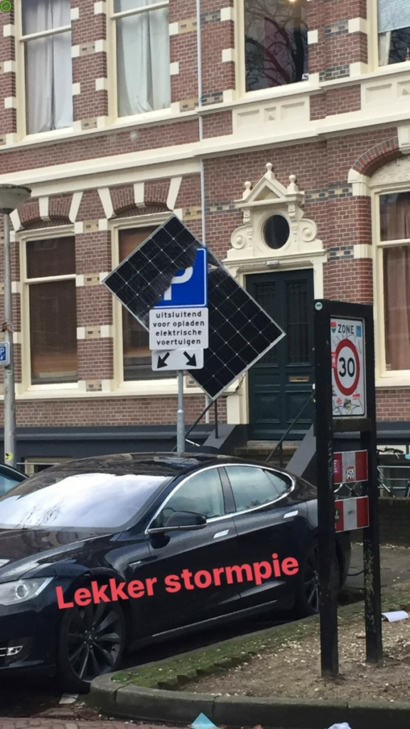 Дорожный знак спас Tesla