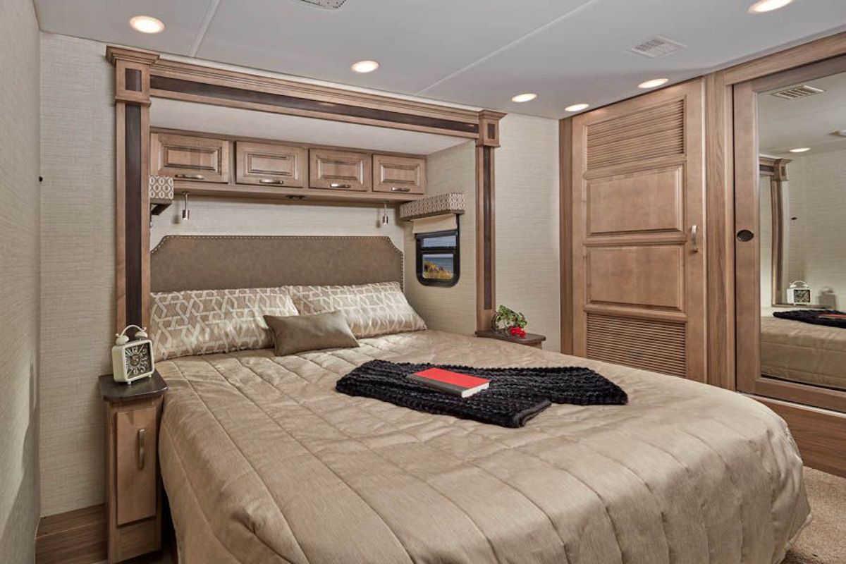 Спальня люксового кемпера Jayco Embark Luxury