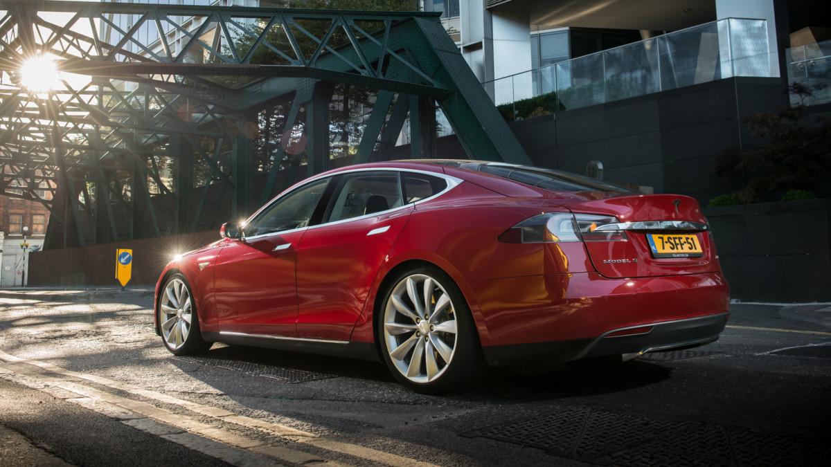 пьяный водитель Tesla понадеялся на автопилот