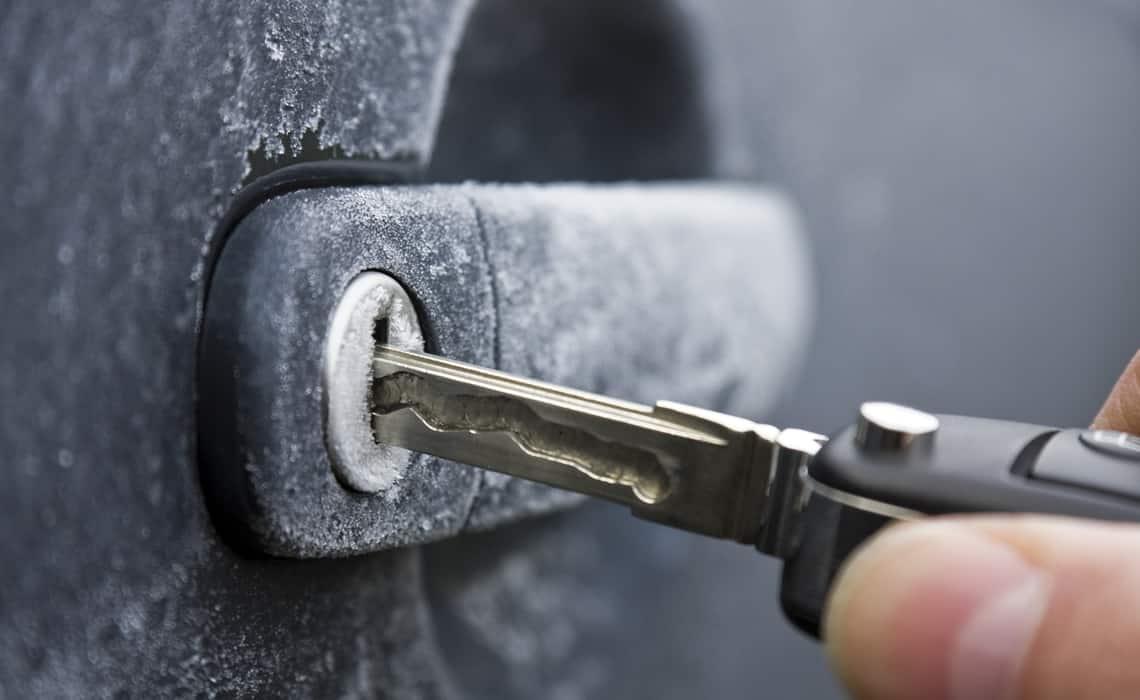 Как открыть замерзший замок авто