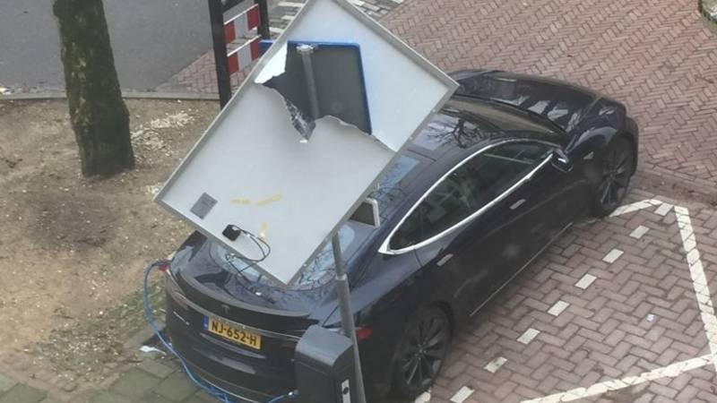 Дорожный знак спас Теслу от солнечной панели