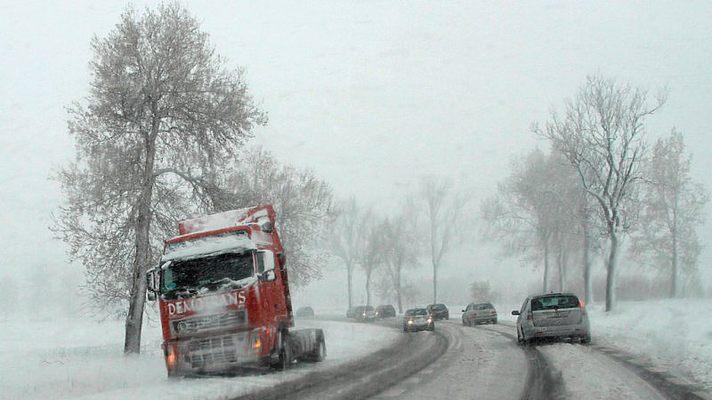 В четырех областях Украины из-за снегопадов ограничили движение грузового автотранспорта