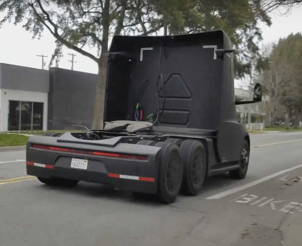 Электрогрузовик Tesla Semi засняли на дорогах