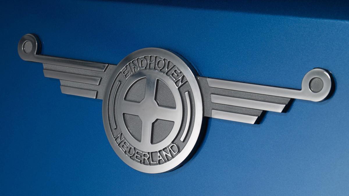 Ретро эмблема ручной работы украшает переднюю панель кабины
