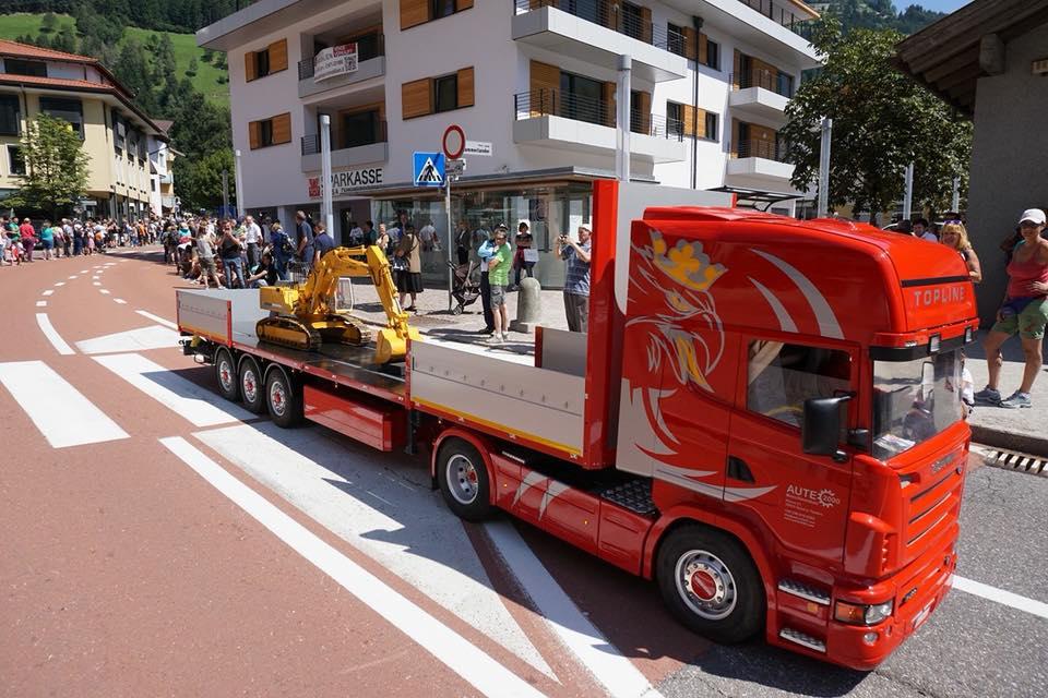 Масштабная модель тягача Scania в масштабе 1:2,3 с полуприцепом и экскаватором