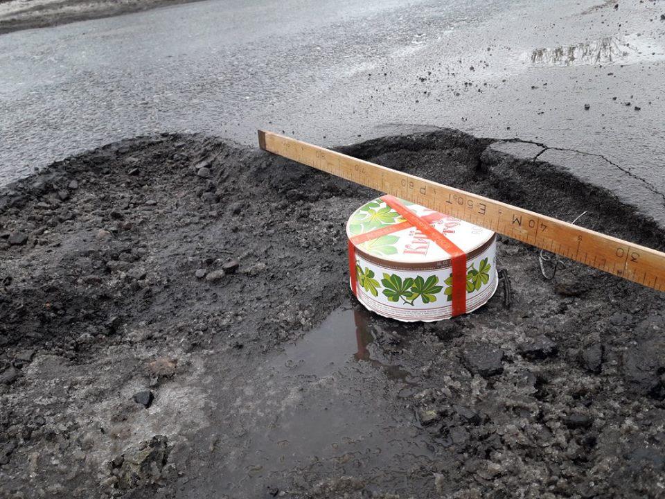 В Украине ямы на дорогах обозначили очень необычным способом