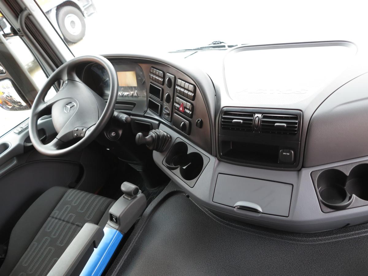 Под правой рукой водителя - удобный джойстик управления автоматической трансмиссией PowerShift 2