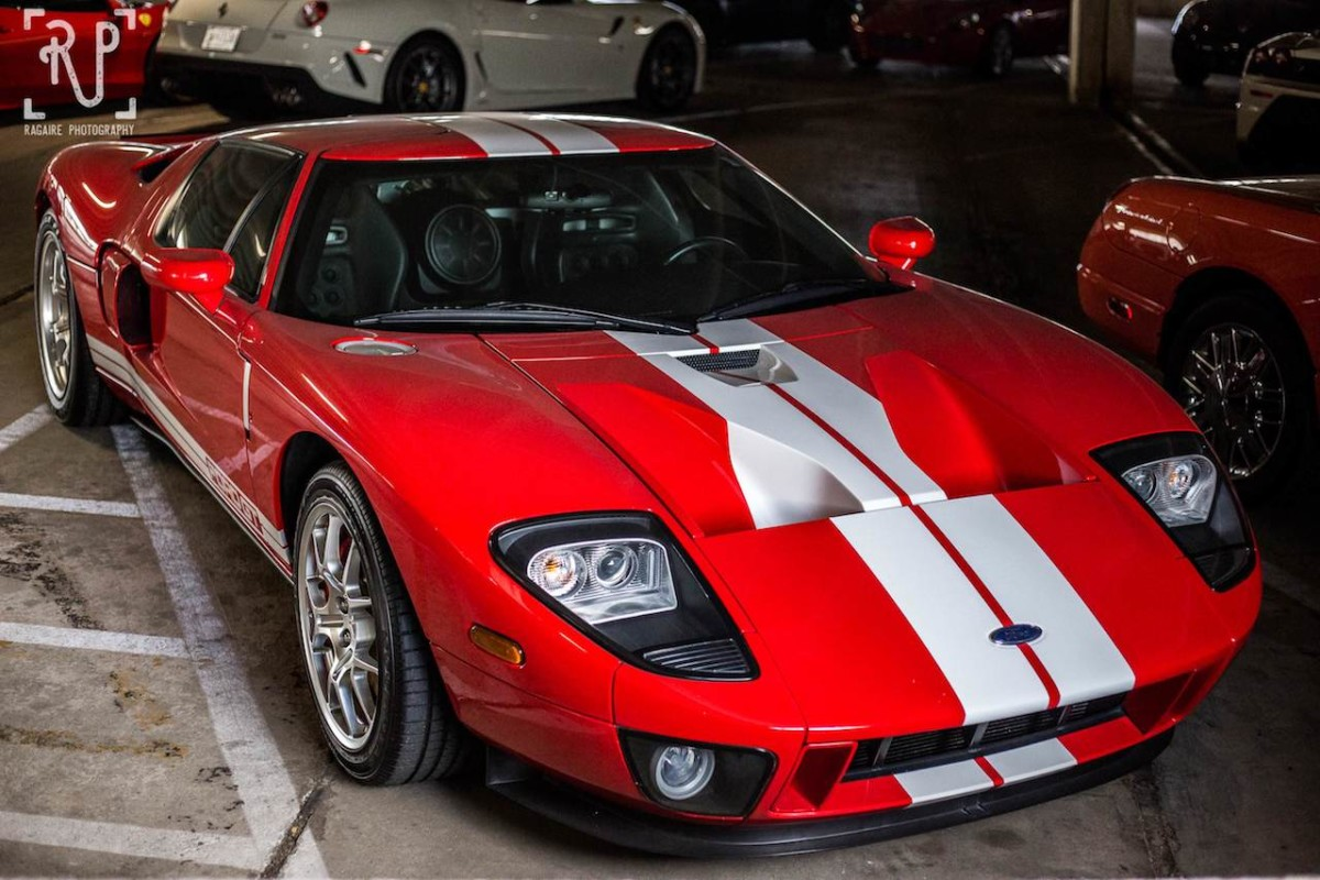 Коллекция гоночных и раритетных авто на открытой парковке