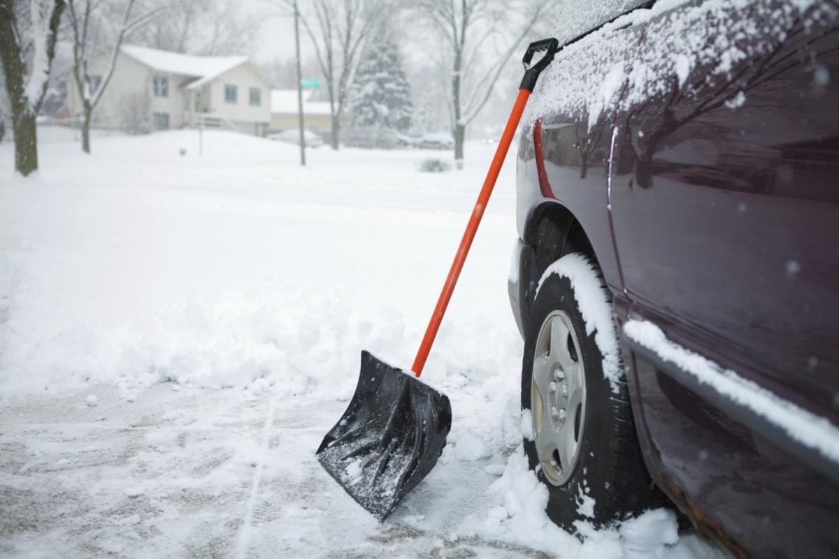 Убрать снег и лед с кузова машины - неправильный инструмент