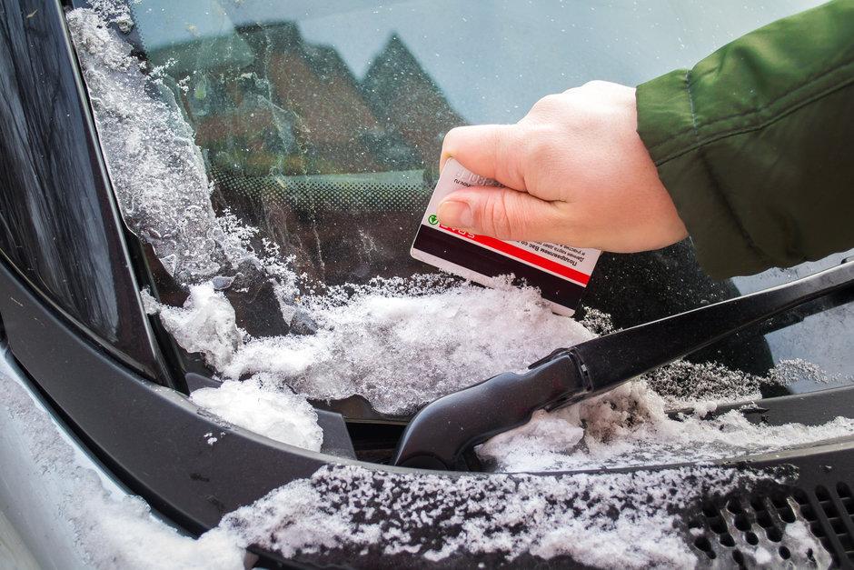 Убрать снег и лед с машины
