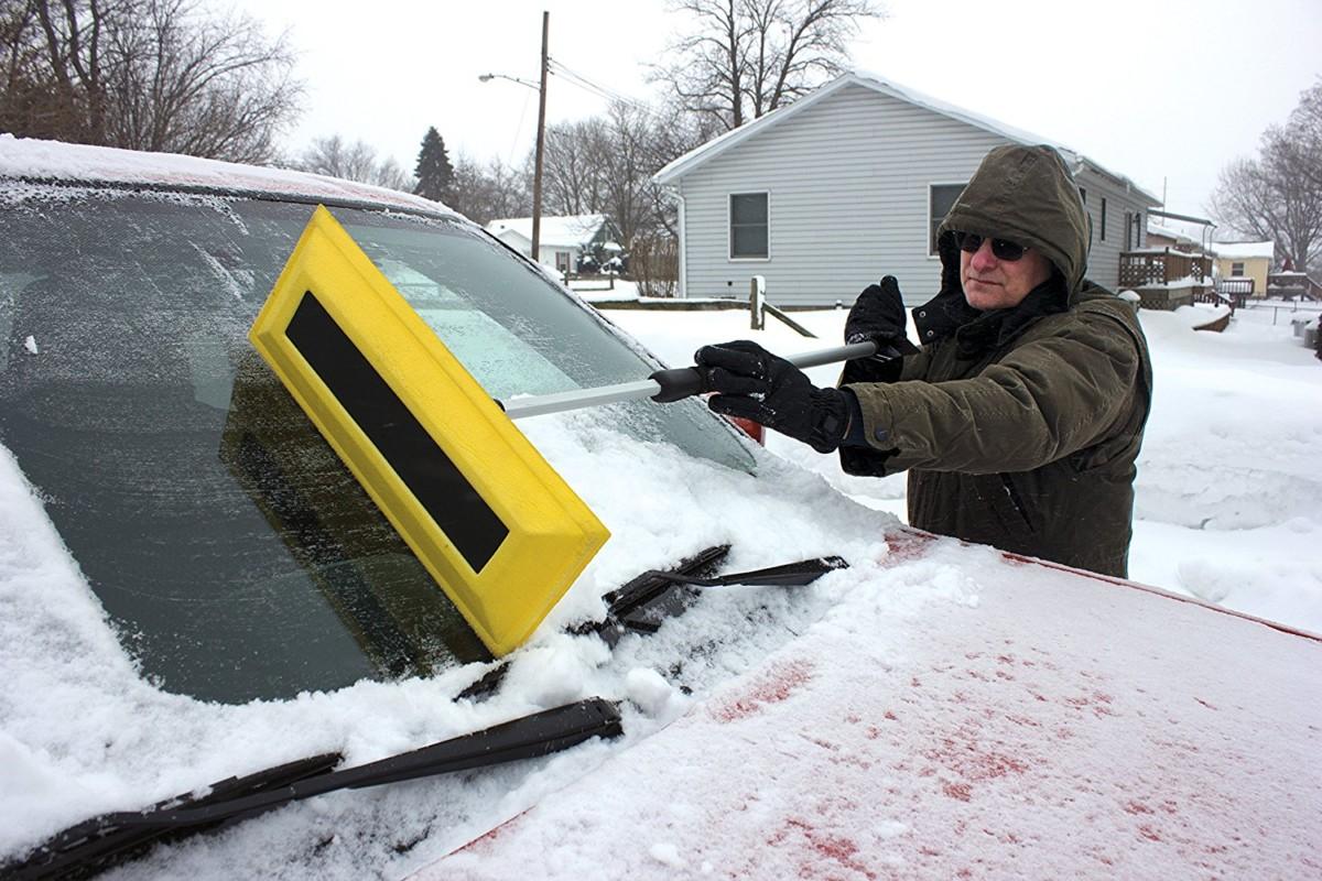 Убрать снег и лед с кузова машины - правильный инструмент