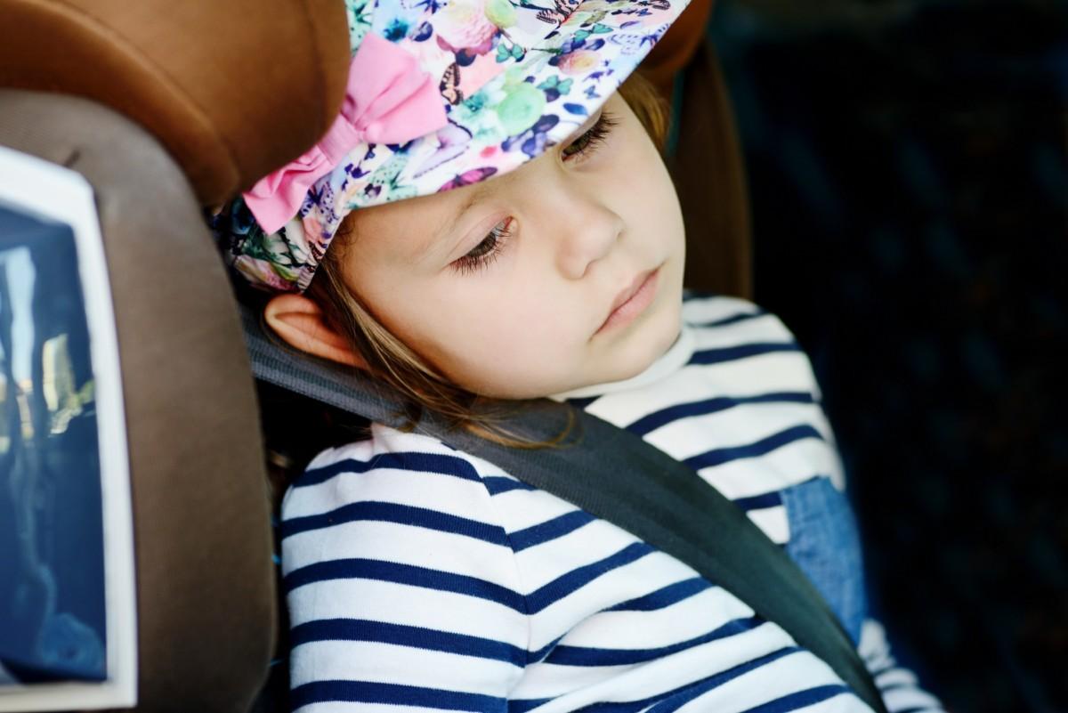 Ребенок один в машине