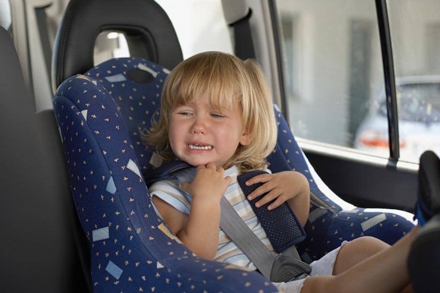 Ребенок плачет в машине
