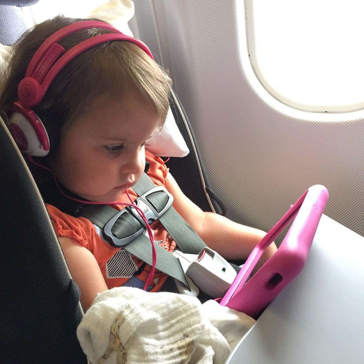 Оставлять ребенка в машине девочка с планшетом