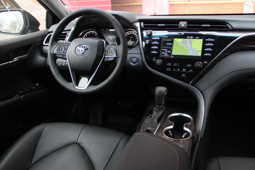 Интерьер Toyota Camry 2018