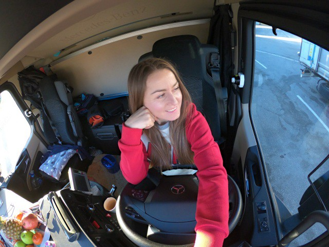 Елена Дровняк в кабине Mercedes-Benz Actros