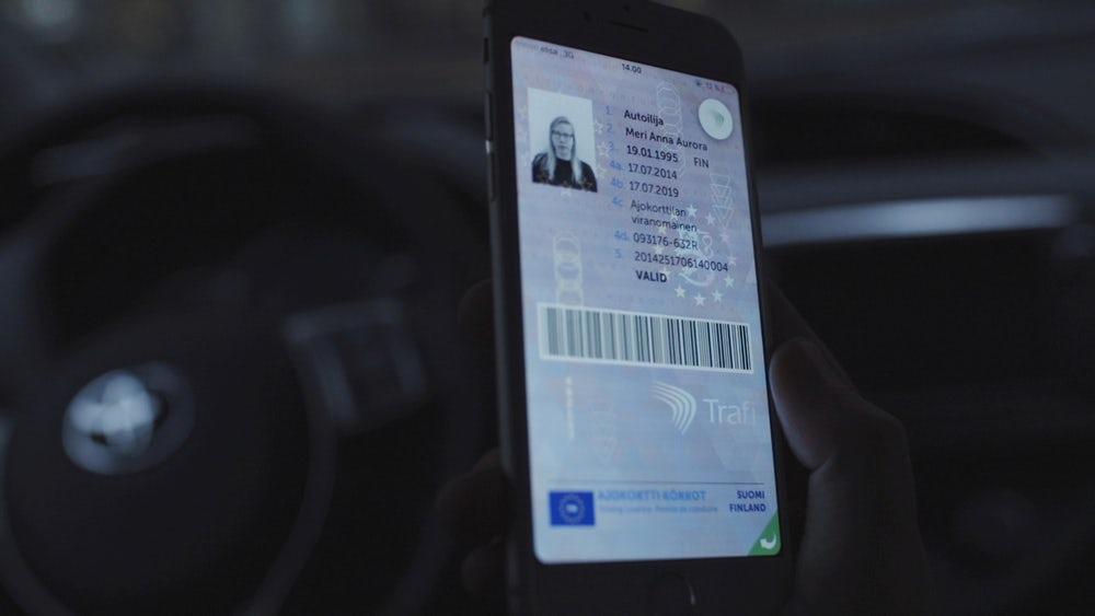 Водительские права заменили смартфоном