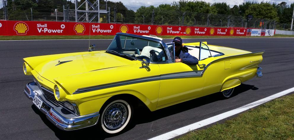 Ford Fairlane 1957 преобразовали в электромобиль